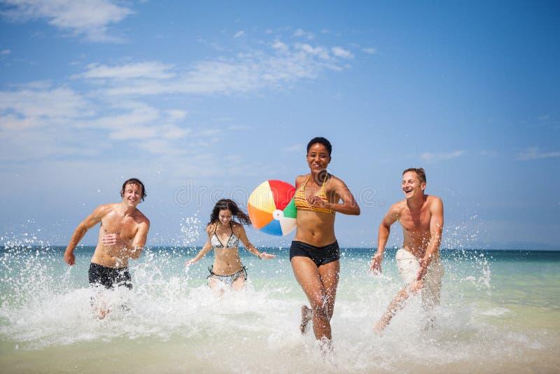 Концепция перемещения летних каникулов друзей шарика пляжа стоковая фотография