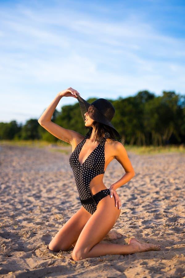 Концепция перемещения и каникул - молодая женщина в бикини сидя на t стоковые фото