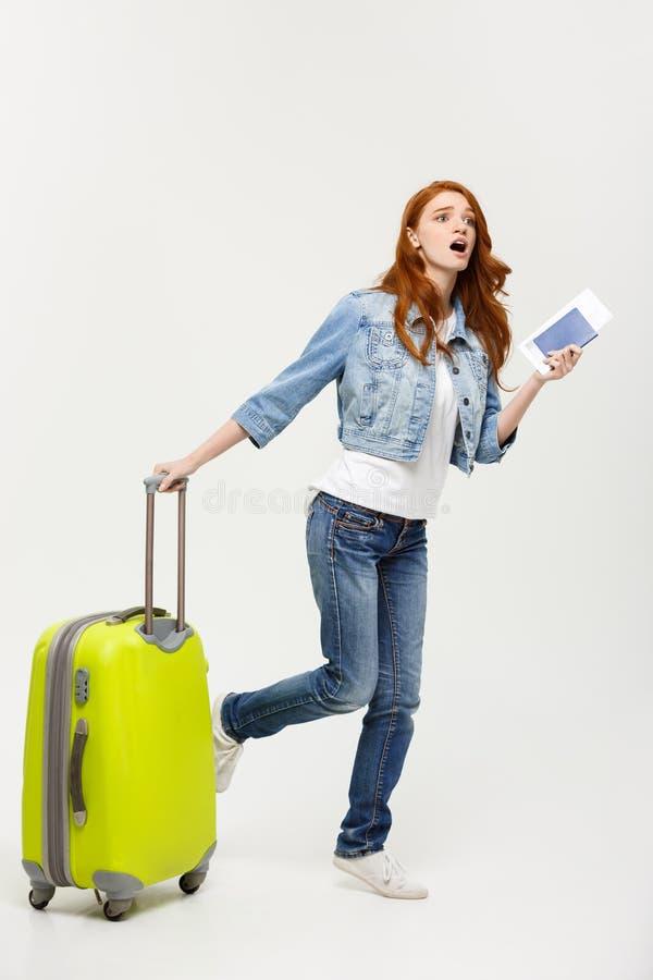 Концепция перемещения и образа жизни: молодая женщина с чемоданом готовым для перемещения лета изолированная на белизне стоковое изображение rf