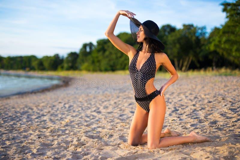Концепция перемещения, каникул и лета - сексуальная девушка в posi купальника стоковые изображения rf