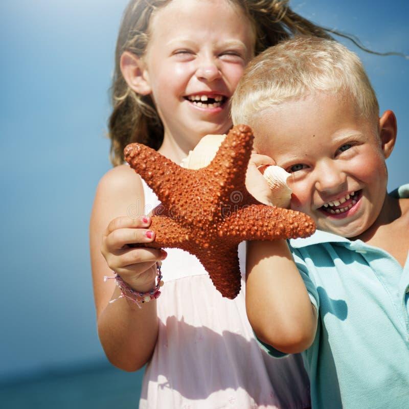 Концепция перемещения праздника выпуска облигаций пляжа сестры брата стоковое фото rf