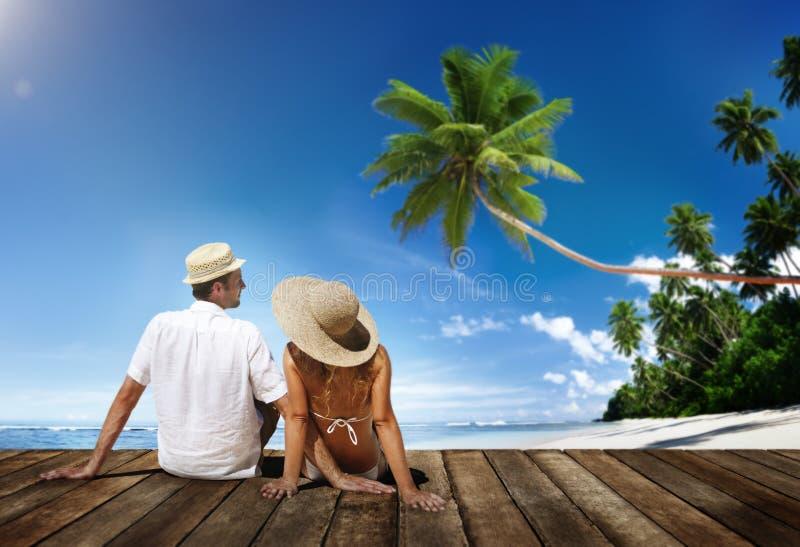 Концепция перемещения пляжа лета пар медового месяца стоковые изображения