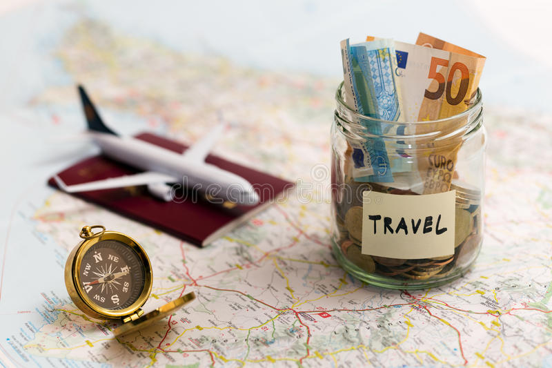 Концепция перемещения - сбережения, компас и пасспорт денег на карте стоковая фотография rf