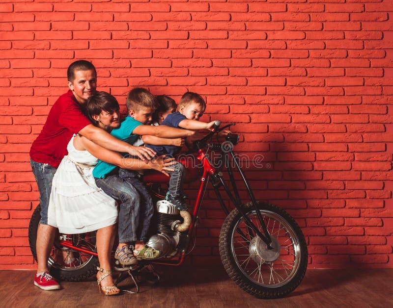 Концепция перемещения семьи на мотоцикле стоковая фотография