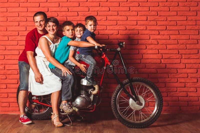Концепция перемещения семьи на мотоцикле стоковые фотографии rf