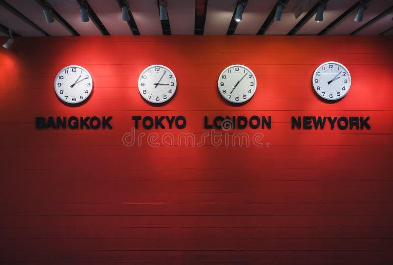Концепция перемещения часовых поясов настенных часов по всему миру стоковые фото