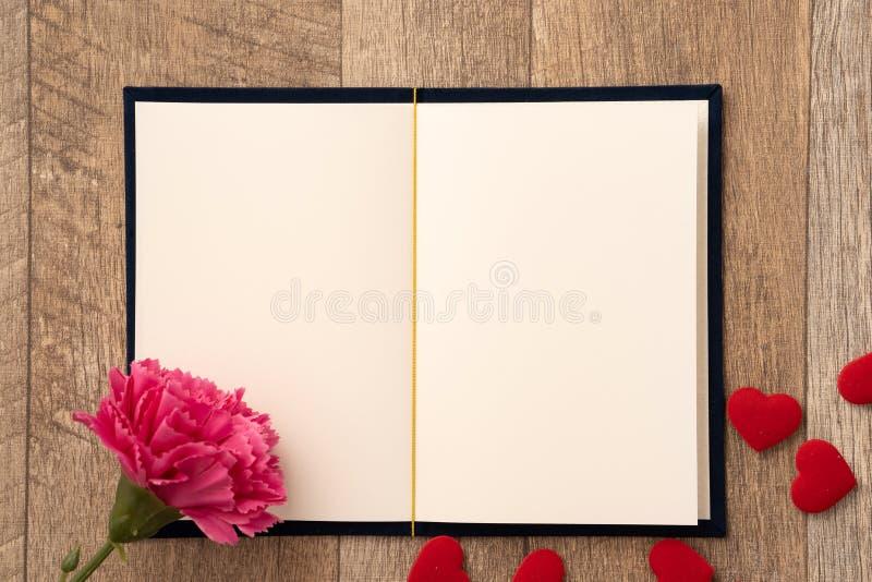 Концепция поздравительной открытки давать настоящий момент и сюрприз Валентайн, годовщины, Дня матери и дня рождения стоковые изображения