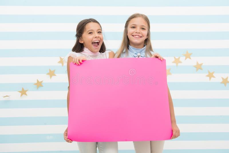 Концепция поздравлениям Изумляя новости Девушки держат знамя поздравлениям Дети держа знамя для объявления E стоковое изображение rf