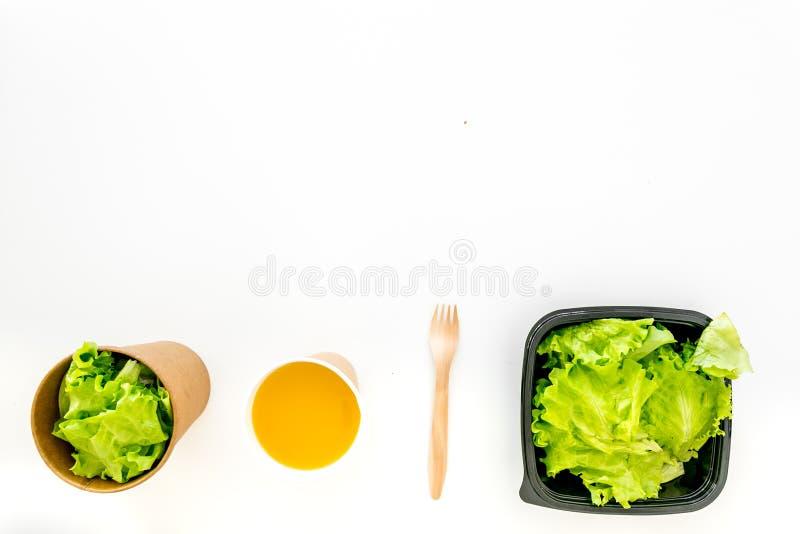 Концепция поставки еды еда здоровая Еда диеты с салатом в пластиковых коробках, зеленым чаем, устранимым tableware на белизне стоковая фотография