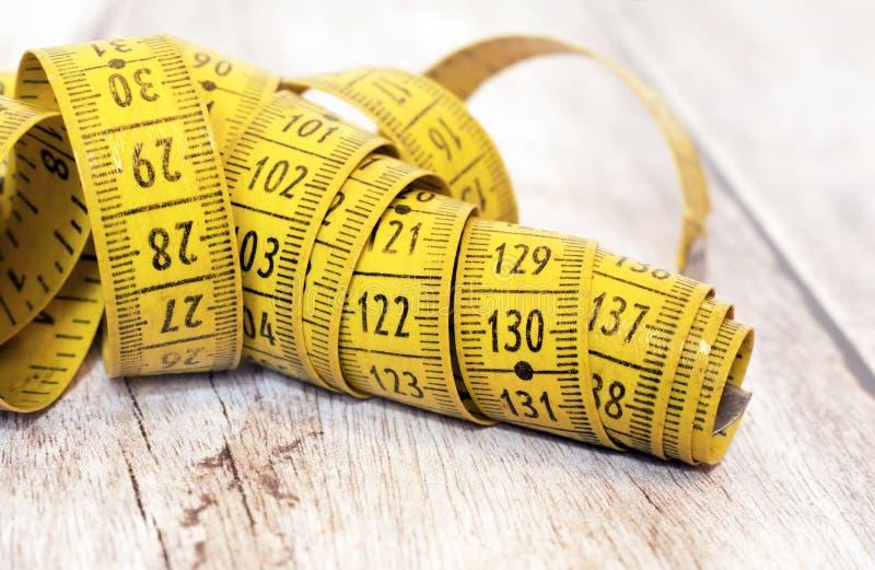 Концепция потери веса - измеряя знамя ленты стоковые изображения rf
