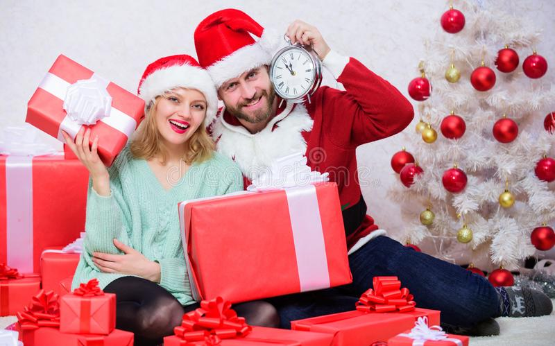 Концепция потехи рождества Пары носят шляпы как предпосылка рождественской елки Санта Клауса Пары в любов наслаждаются рождеством стоковая фотография rf