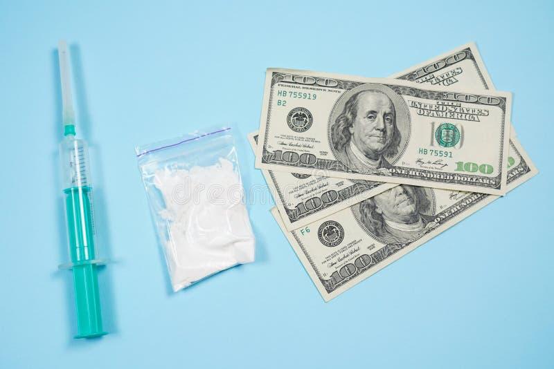 Концепция потребления наркотиков, преступления, наркомании и токсикомании - близкая вверх лекарств с деньгами, ложкой и шприцем стоковая фотография rf