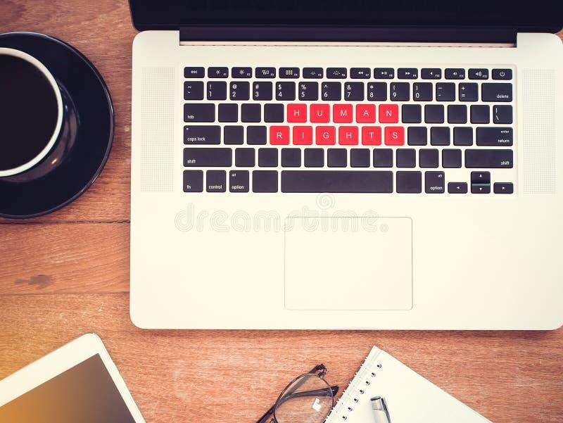 Концепция прав человека права человека слова на красном ноутбуке клавиатуры с винтажным влиянием, плоским положением стоковые фото