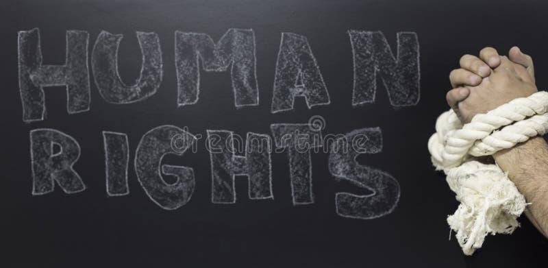 Концепция прав человека: прикованный человек против текста: День прав человека написанный на классн классном стоковые изображения
