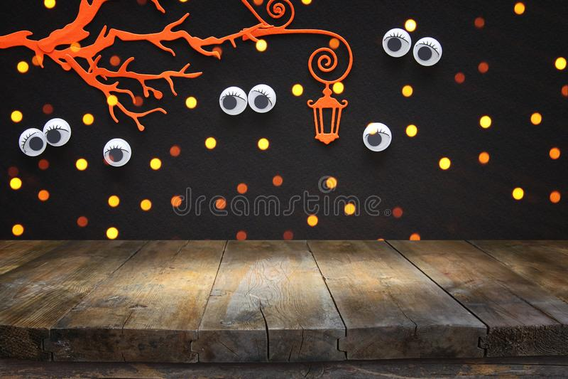 Концепция праздника хеллоуина Пустая деревенская таблица перед преследовать лесом при глаза вытаращить из темноты Подготавливайте стоковые изображения
