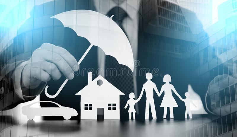 Концепция предохранения от семьи, дома и автомобиля; множественная выдержка стоковая фотография