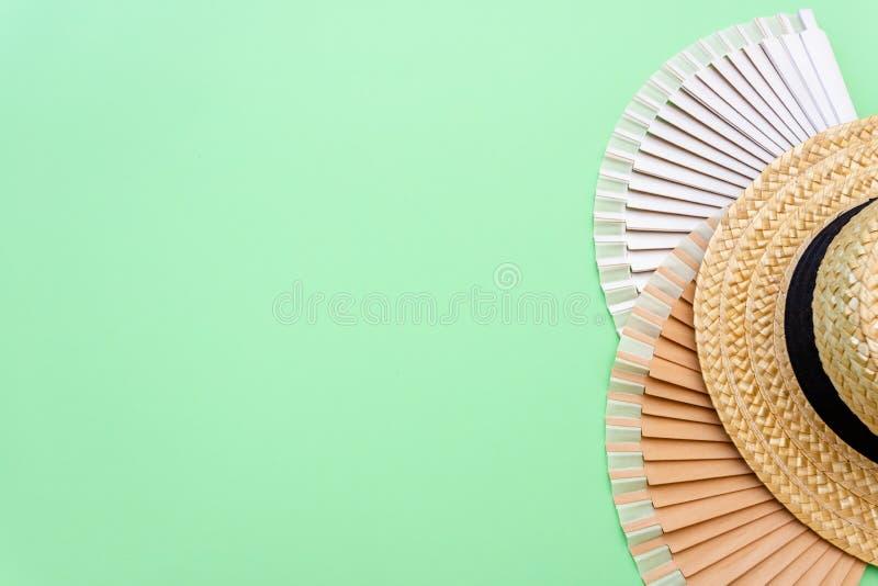 Концепция предпосылки каникул перемещения с seashells и рамками фото на зеленой таблице r r стоковая фотография rf
