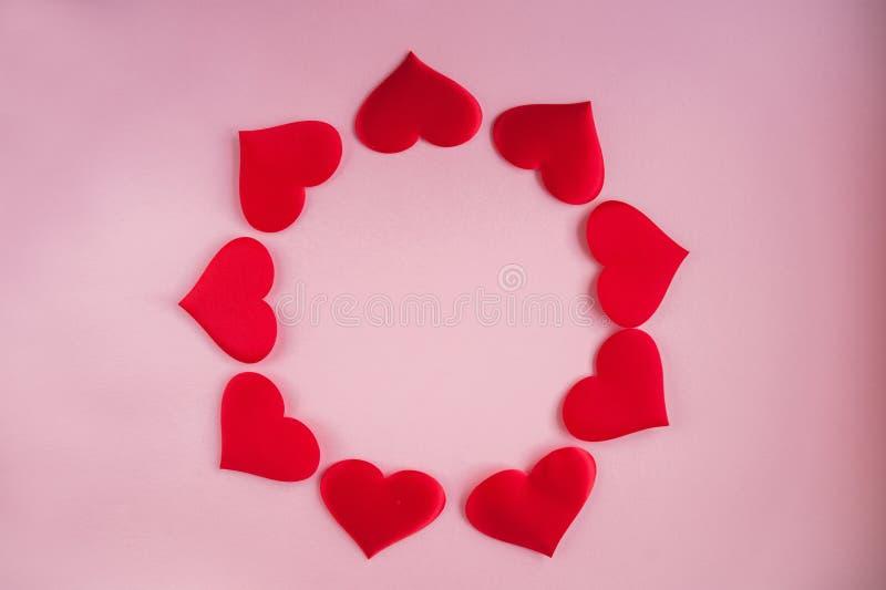 Концепция предпосылки 14-ое февраля Красные сердца ткани на розовой предпосылке, концепции любов на день Валентайн стоковые изображения rf