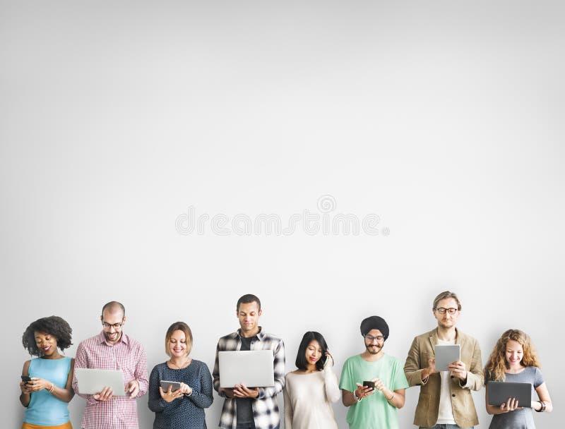Концепция прибора цифров соединения группы людей стоковые фото