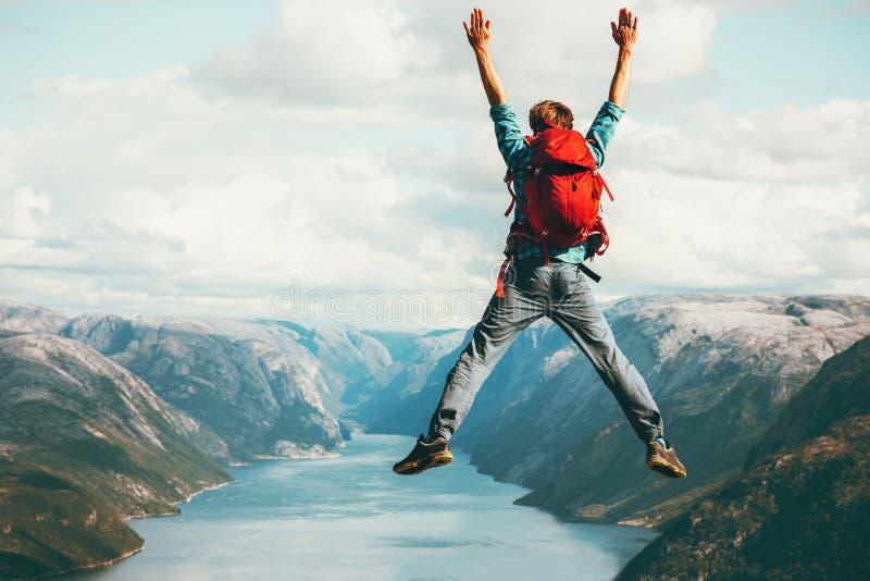 Концепция приключения образа жизни перемещения счастливого человека скача стоковое фото