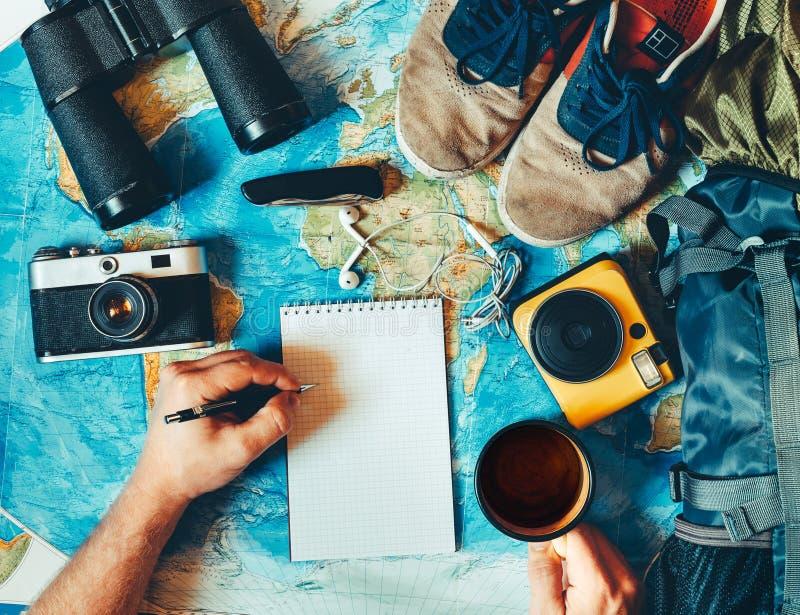 Концепция приключения перемещения пешая Аксессуары ` s путешественника, Essenti стоковое фото