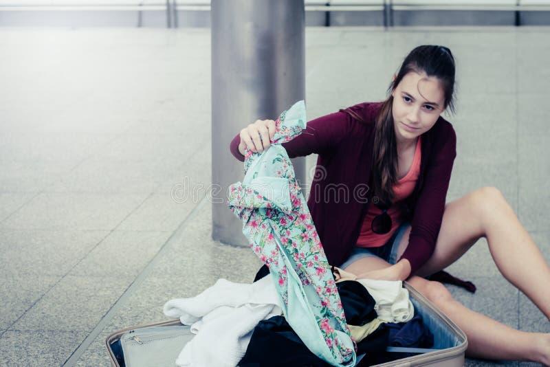 Концепция проблемы перемещения: проблема туриста стресса путешественника стоковое фото