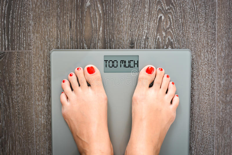 Концепция проблем веса предложенная слишком много сообщения на дисплее масштаба веса стоковая фотография