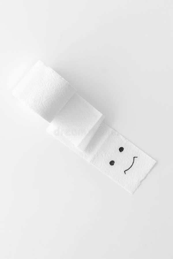 Концепция проктологии с креном туалетной бумаги и покрашенной стороной на белом взгляде сверху предпосылки стоковое изображение rf