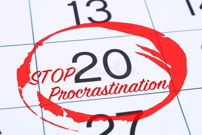Концепция промедления, задержки и срочности Дата календаря отметила красную отметку останавливает промедление стоковое фото