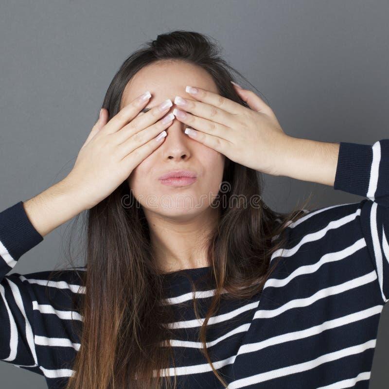 Концепция прятк для pouting девушки брюнет стоковое фото rf