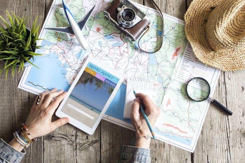 Концепция планирования перемещения на карте стоковое фото rf