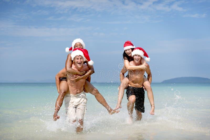 Концепция пляжа перемещения каникул шляпы Санты рождества стоковое изображение rf