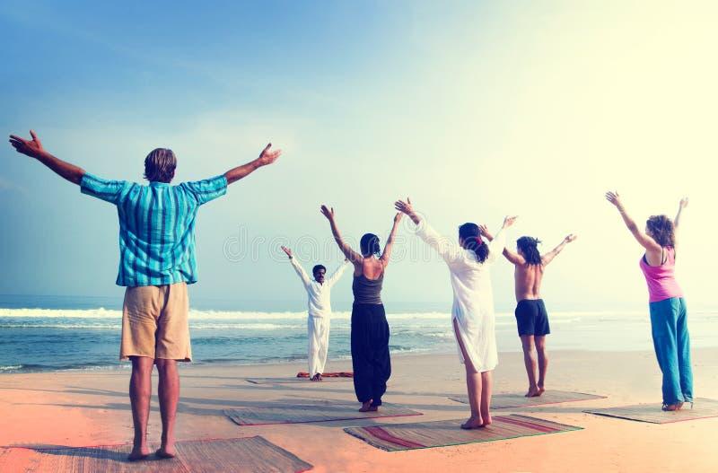 Концепция пляжа тренировки благополучия йоги стоковое фото rf