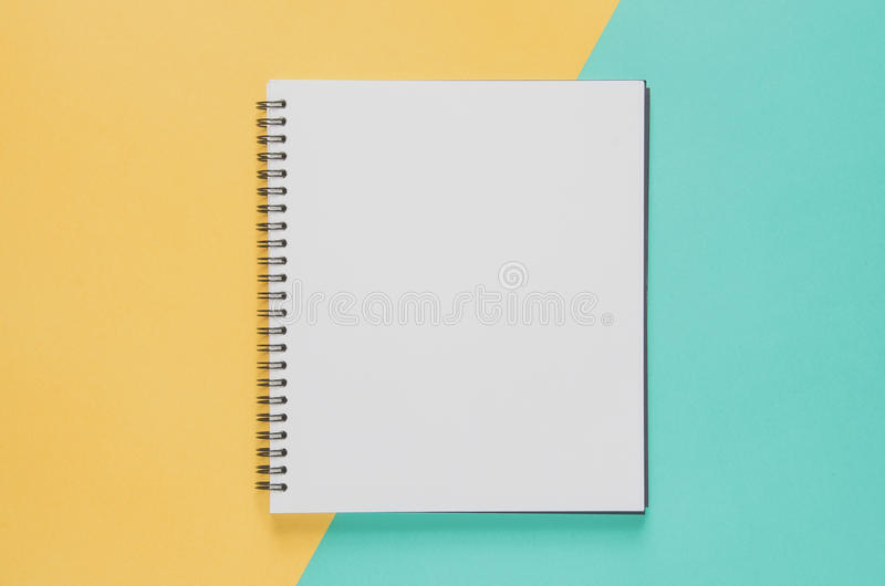 Концепция рабочего места офиса минимальная Пустая тетрадь на желтом цвете и b стоковые фото