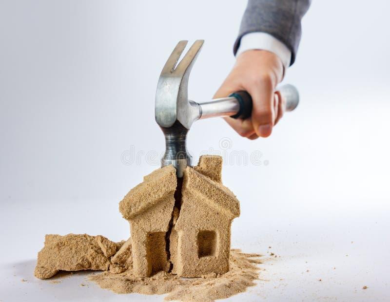 Концепция развода и молотка дома символа, успех стоковые изображения