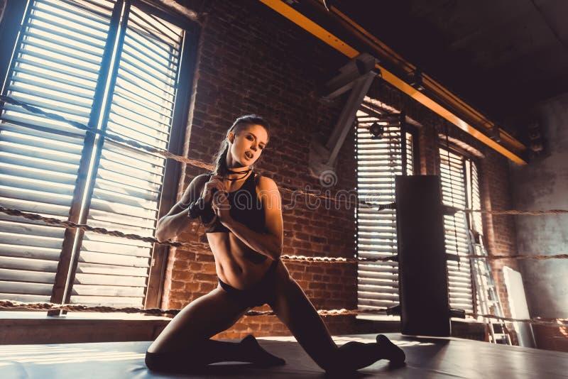 Концепция разминки тренировки прочности фитнеса - девушка спорта мышечного культуриста сексуальная делая тренировки в спортзале стоковые фотографии rf