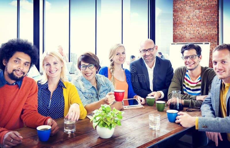 Концепция разнообразия группы по изучению команды группы людей жизнерадостная стоковое фото