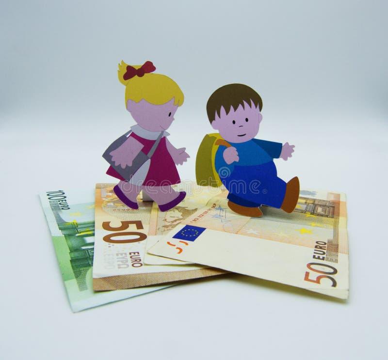 Концепция растущих расходов поднимать детей на белой предпосылке стоковое фото