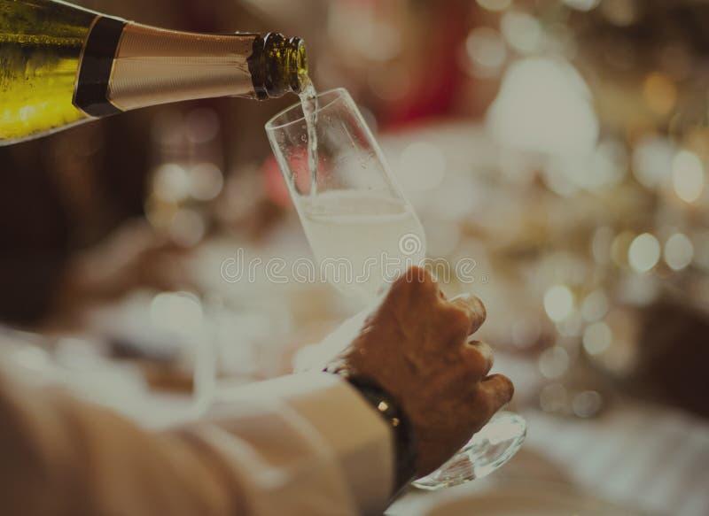 Концепция ресторана опытного сервиса вина сомелье лить стоковые фотографии rf