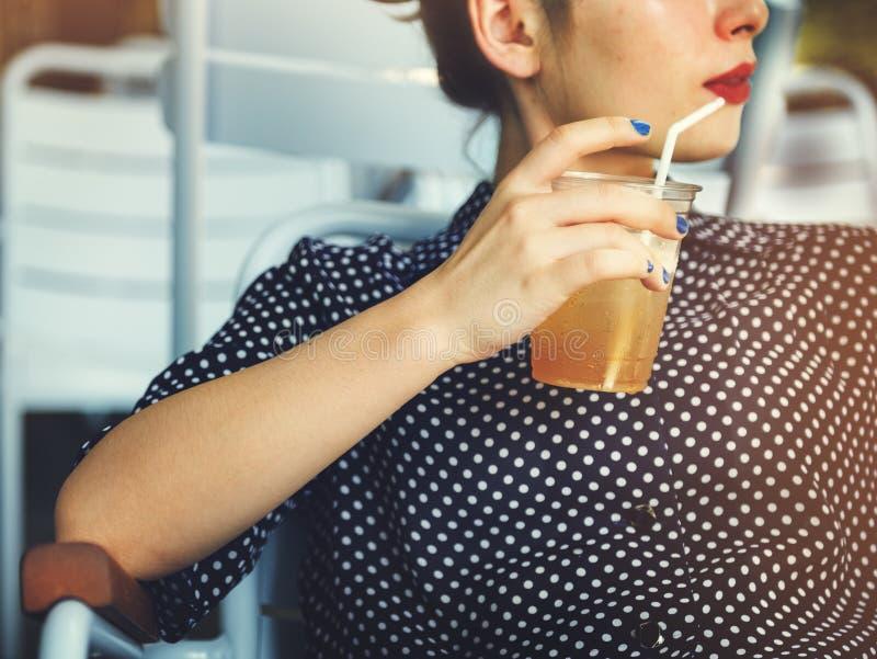 Концепция релаксации женщины сидя выпивая свежая стоковые изображения rf
