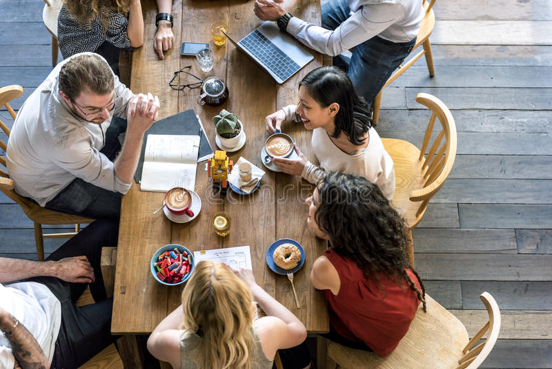 Концепция релаксации образа жизни отдыха кофейни говоря стоковое изображение