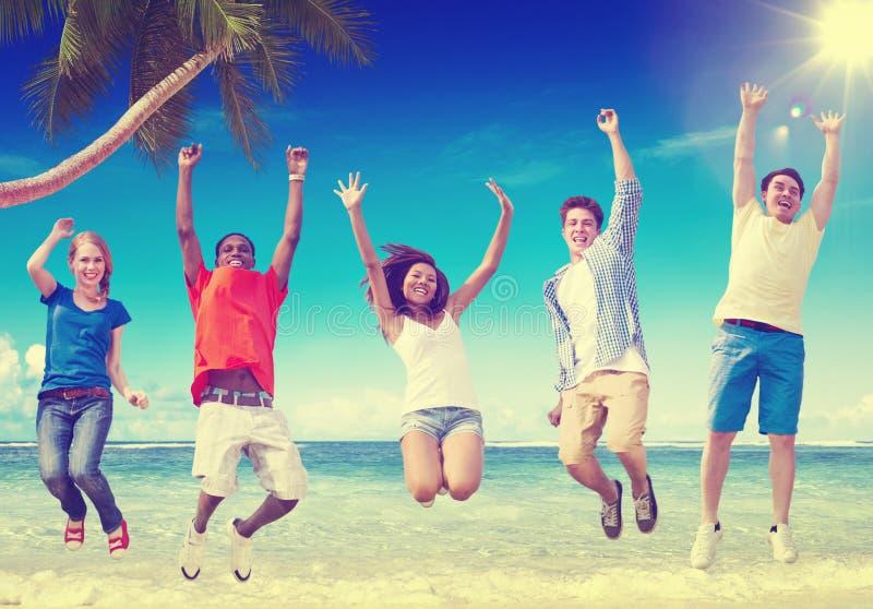 Концепция релаксации счастья лета приятельства пляжа стоковое фото rf