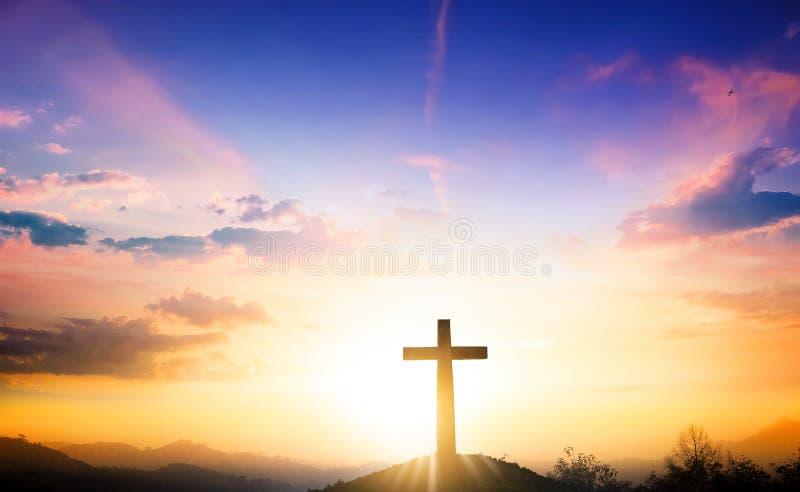 Концепция рождества: Крест на предпосылке захода солнца горы стоковые фотографии rf