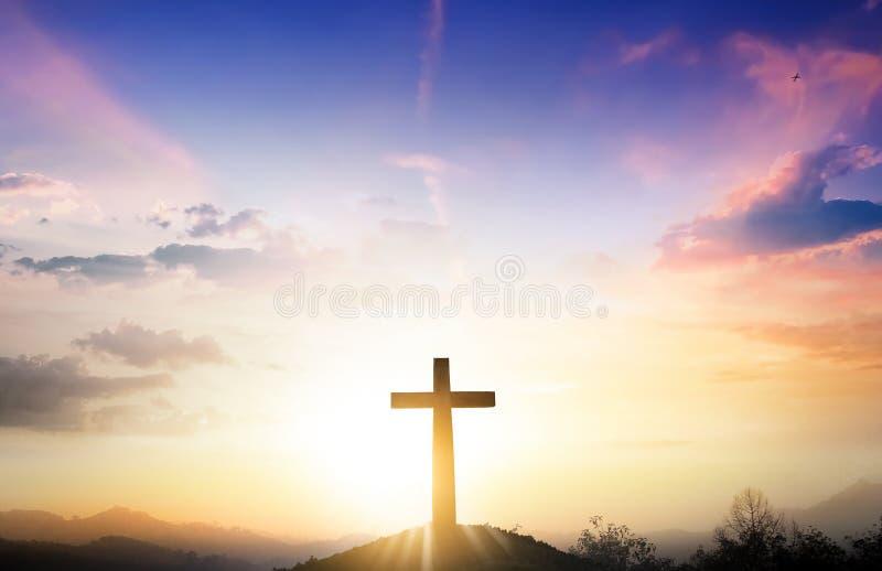 Концепция рождества: Крест на предпосылке захода солнца горы стоковое изображение