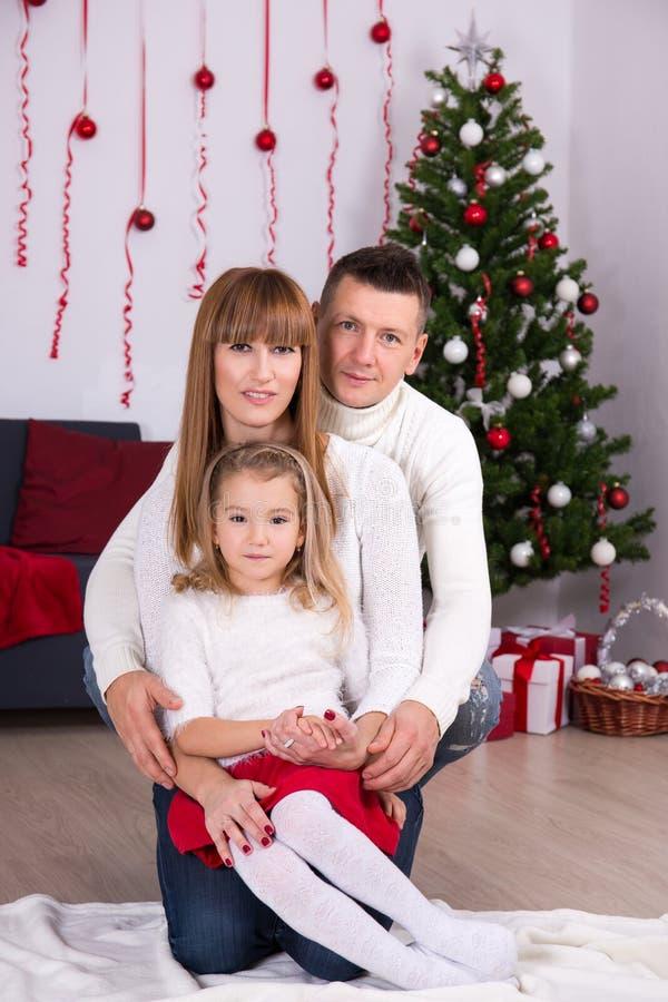 Концепция рождества и Нового Года - родители и дочь с оформлением стоковые фото