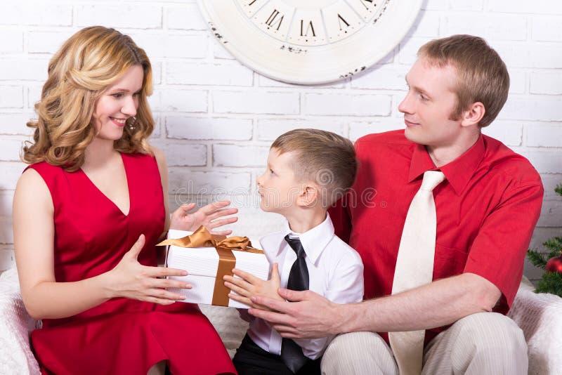 Концепция рождества и Нового Года - семья обменивая подарки стоковые фотографии rf