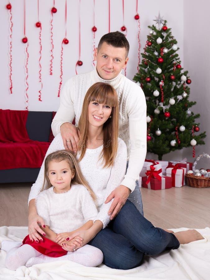 Концепция рождества и Нового Года - семья с украшенным рождеством стоковые фотографии rf