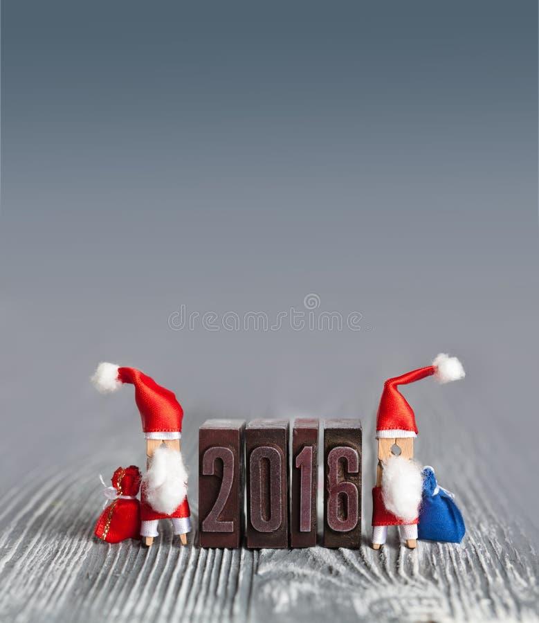 концепция рождества поздравительной открытки 2016 год с зажимкой для белья Санта Клаусом стоковые изображения