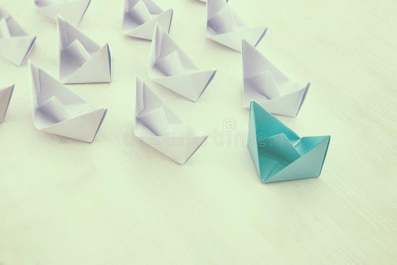 концепция руководства, следующие бумажной шлюпки ведущие стоковое фото