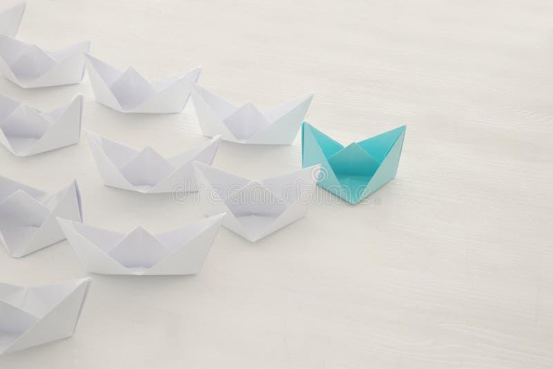 концепция руководства, следующие шлюпки голубой бумаги ведущие стоковые изображения